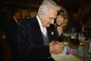 Lionel Signs Autographs Post Show